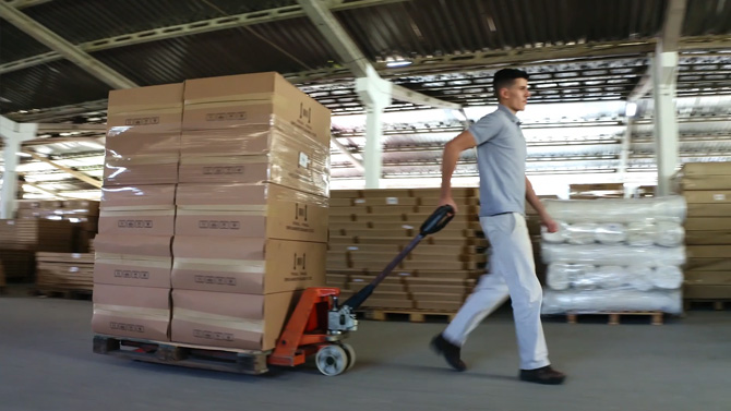 Homem carregando caixas e nosso estoque.